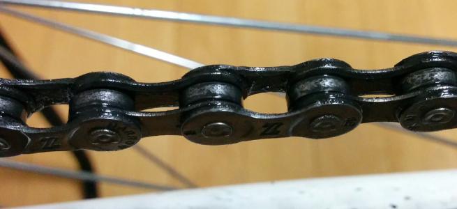 真っ黒な油で汚れたロードバイクのチェーン
